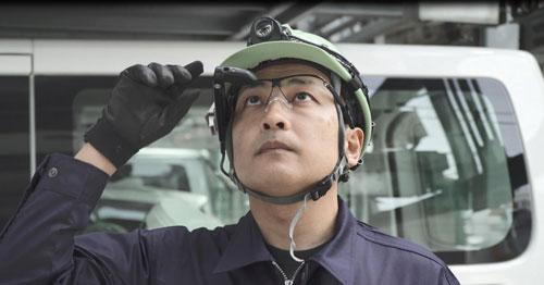 ヘルメットに装着したスマートグラス
